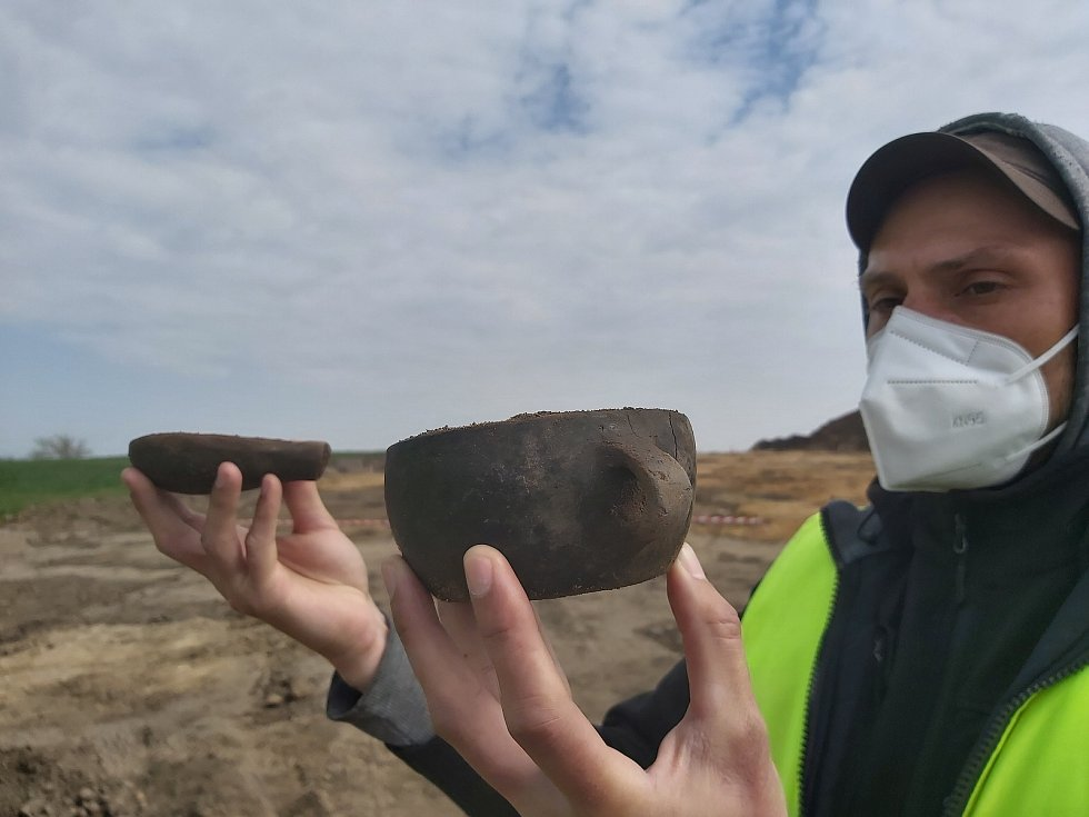Archeologické žně na místě budoucí dálnice D55 u Polešovic. Vzácné nádoby z období zhruba 1500 let př. n. l.