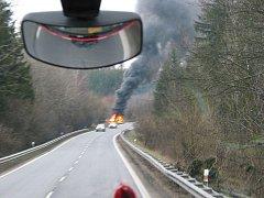 Rozsáhlý požár zničil osobní auto zn. BMW X6.
