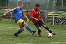 Fotbalisté Prakšic (modré dresy) o víkendu remizovali na hřišti ve Strání 1:1.