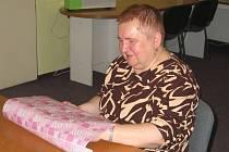 Nevidomá Marie Hrubá se každoročně účastní v olomouckém Tyfloservisu soutěže s názvem A je to!