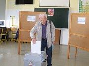 Na uherskohradišťském gymnáziu přišli první voliči úderem čtrnácté hodiny.