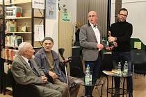 Publikaci  Právo má přednost před mocí představili v čítárně Knihovny B. B. Buchlovana ve středu 14. listopadu.  Více než hodinovou besedu, při níž nechyběli ani dva generálovi synové, včetně dalších příbuzných moderoval herec Slováckého divadla Josef Kub