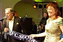 Na plese 1.FC Slovácko v Redutě v roce 2008 zpíval také Karel Gott.