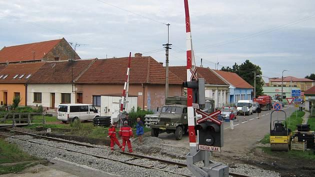 Uzavírka železničního přejezdu by měla již dnes skončit.