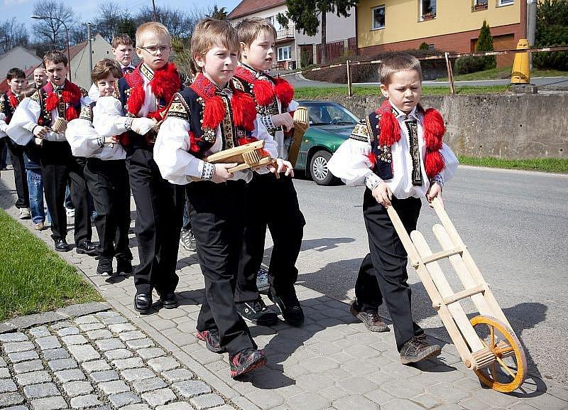 V Drslavicích se do krojů oblekli chlapci, kteří jezdili po dědině s hrkači.
