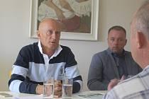 Za zastupiteli do Podolí přijel také senátor Ivo Valenta, aby jim sdělil své znepokojení z odvolání Jany Rýpalové. Před obecním úřadem se sešli její podporovatelé s transparenty.