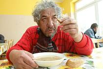 Lidem bez domova polévka chutná.