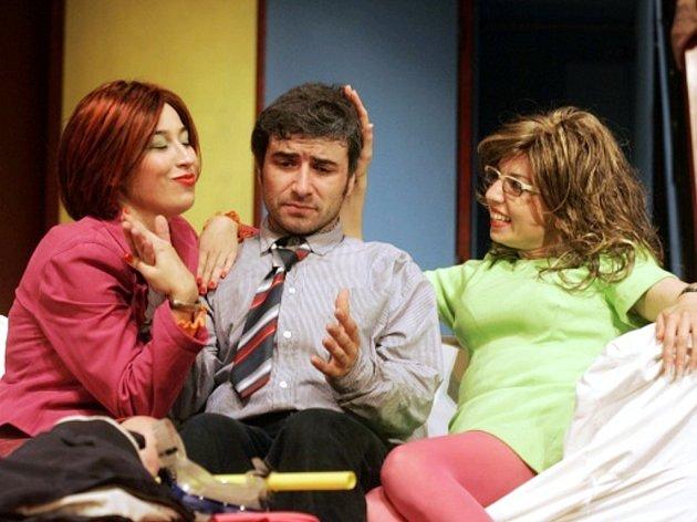 Hru Nájemníci napsal Michael Cooney, syn autora hry 1+2=6, v Hradišti mimořádně populární komedie (na snímku).