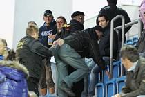 Security odvádí fanouška Baníku, který měl z tribuny napadnout rozcvičujícího se Libora Doška