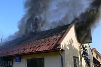 Při likvidaci plamenů se poranili dva hasiči a zaměstnanec autodílny.