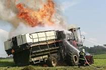 Požár kombajnu zdolávali hasiči profesionální i dobrovolní hasiči.