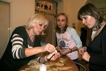 Františka Snopková (vlevo) vysvětlovala, jak se panenky ze šustí vyrábí.