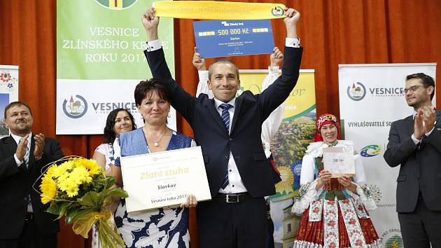 Vítězství oslavila obec ve své sportovní hale, kam přijeli i další ocenění včetně zástupců kraje.
