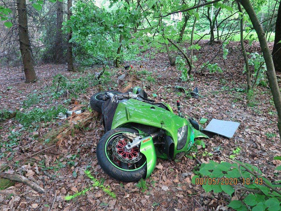 Mladý motorkář nezvládl zatáčku v Chřibech u Starých Hutí.