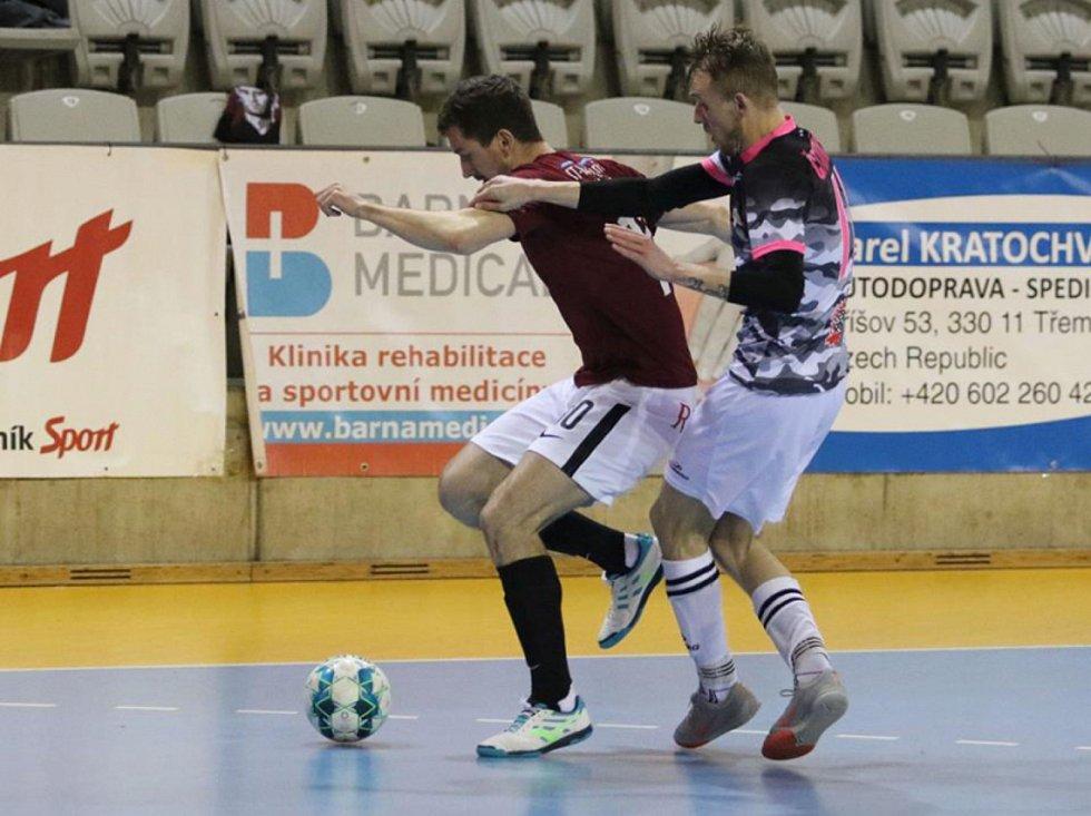 Futsalista Bazooky Uherské Hradiště Ondřej Čtvrtníček musel při absencích gólmanů do branky. Foto: Bazooka CF Uherské Hradiště