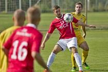 Fotbalisté Uherského Brodu (v červených dresech) doma remizovali s Velkým Meziříčí 1:1.