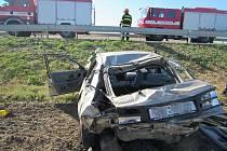 Mladík nezvládl rychlou jízdu, auto skončilo v poli