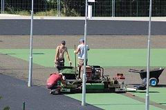 JAK ŠEL ČAS.  Za velehradskou školou bylo během tří měsíců vybudováno nové sportoviště.