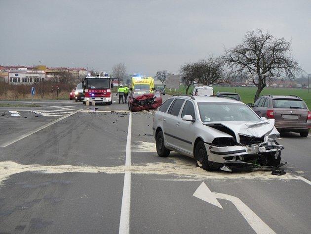 Čelní srážka dvou vozidel u čerpací stanice poblíž Jarošova