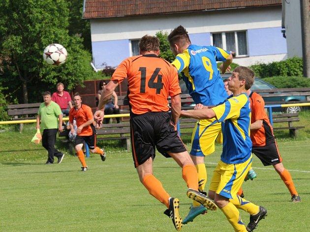 Fotbalisté Zlámance (v oranžovém) nedokázali porazit Slavkov, který přijel s deseti hráči, Utkání skončilo 2:2.