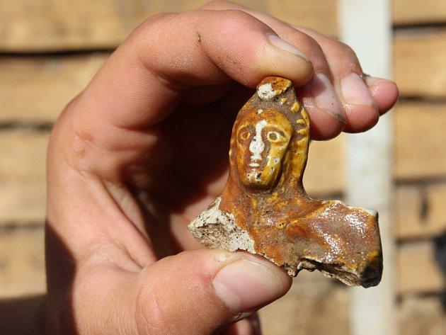 Archeologpvé nalezli v Uherském Brodě na křižovatce ulic Komenského a U Sboru vstup do suterénu středověkého domu a v něm unikátní soubor dětských hraček.