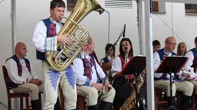 České i slovenské dechové hudby se v neděli sešly ve Strání.
