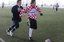 Uherský Brod pořádá i letos tradiční zimní turnaj Janáček Cup. Pořádající tým (v kostkovaném) v něm zatím vyhrál dva duely a jednou odešel poražen.