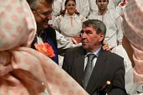 Miloš Plachý přijímá gratulace k sedmdesátinám.