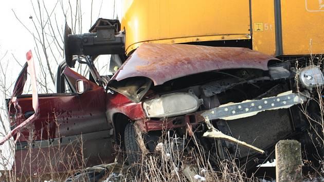 Čtyřiapadesátiletý řidič nerespektoval výstražné značení a se svým fordem skončil pod koly osobního vlaku.