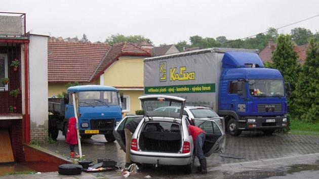 Divoká voda zaplavila nejen suterén domu rodiny Machovy, ale také garáž s autem
