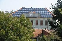 Solární panely pomohou obci šetřit energii.