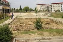 Z kompletně vybaveného dětského hřiště na sídlišti Východ zbyla jen rozoraná plocha.