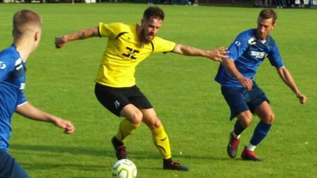 Fotbalisté Strání na úvod přípravy prohráli na hřišti v Radimově 2:4. Na snímku nová posila Filip Hruboš (ve žlutém dresu).