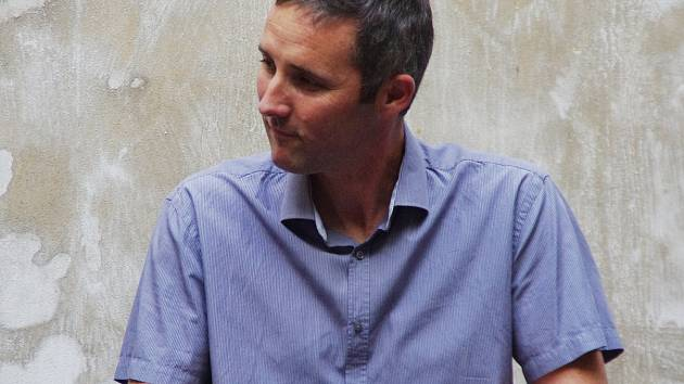 David Vacke na dvorku Kafe uprostřed.