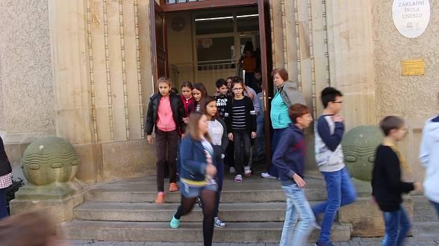 V ZŠ UNESCO si žáci zkusili evakuaci budovy za pomocí jednoho z nejmodernějších bezpečnostních systémů.