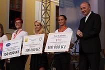 Přispěli i dárci z regionu. Za peníze, které pomohou potřebným, symbolicky poděkoval i arcibiskup Jan Graubner .