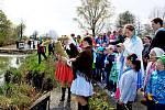 VYNESLI MORENU. Zlatým hřebem nedělního programu v Huštěnovicích bylo loučení se zimou a přinesení létečka do vsi.