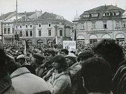 Nespokojené davy občanů v listopadu 1989 zaplnily náměstí v Uh. Hradišti.