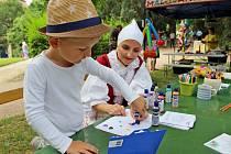 DĚTI A ČESNEK. Rok co rok pořádá Folklorní agentura Buchlov vrámci Festivalu česneku vBuchlovicích nějakou soutěž pro děti.