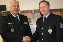 Policejní prezident Petr Lessy (vlevo) podává ruku vedoucímu Územního odboru v Uherském Hradišti Bronislavu Šabršulovi.