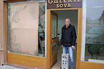 Nejcennější dílo Zdeňka Červinky, které bylo z Galerie Sova odcizeno, si majitel galerie Leoš Filipi může zatím připomínat pouze v knížce.