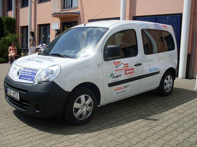 Klientům Domova pro osoby se zdravotním postižením slouží pětimístný sociální automobil Renault Kangoo, na nějž přispělo třicet podnikatelských subjektů z Uherskobrodska.