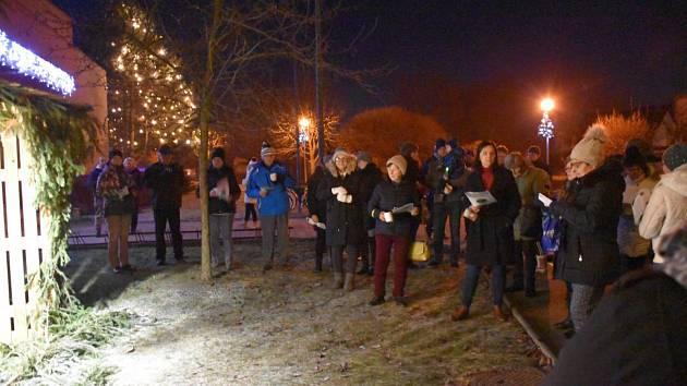 U Obecního úřadu v Babicích u jesliček a rozsvícených vánočních stromů se sešlo pět desítek zpěváků.