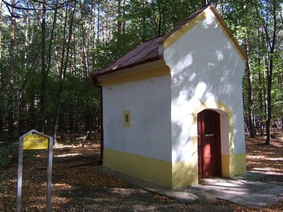Bystřice pod Lopeníkem, obec na úpatí Bílých Karpat.Kaplička.