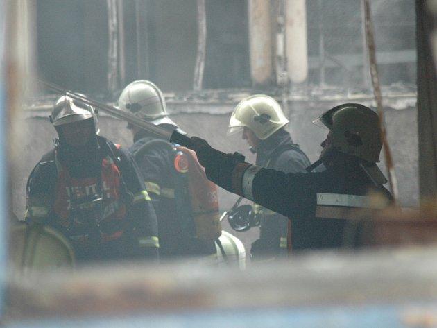 Na místě zasahovala jedna jednotka profesionálních hasičů a dva sbor dobrovolných hasičů se čtyřmi cisternami.