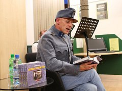 Ředitel Knihovny BBB Radek Jančář čte ze své knihy Bojovali za císaře pána.