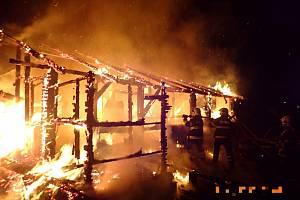 Chata v Komni lehla popelem. S plameny marně bojovaly čtyři hasičské jednotky.