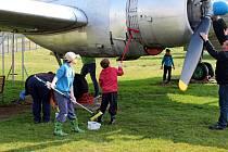 Dobrovolníci pomáhali o víkendu vLeteckém muzeu Kunovice čistit letecké exponáty.