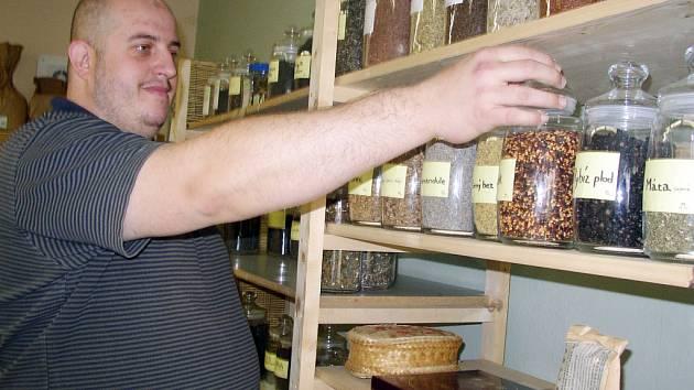 Bylinkář Evžen Brhel míchá čajovou směs.