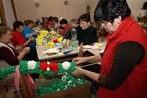 Kunovské tetičky dokončily v těchto dnech výrobu papírových krepových růží pro jízdu králů.
